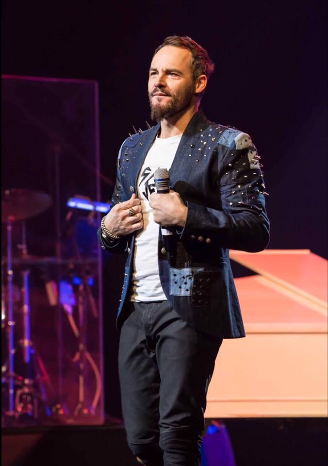 Rob Fowler mit einem Jeans-Jacket mit Nieten