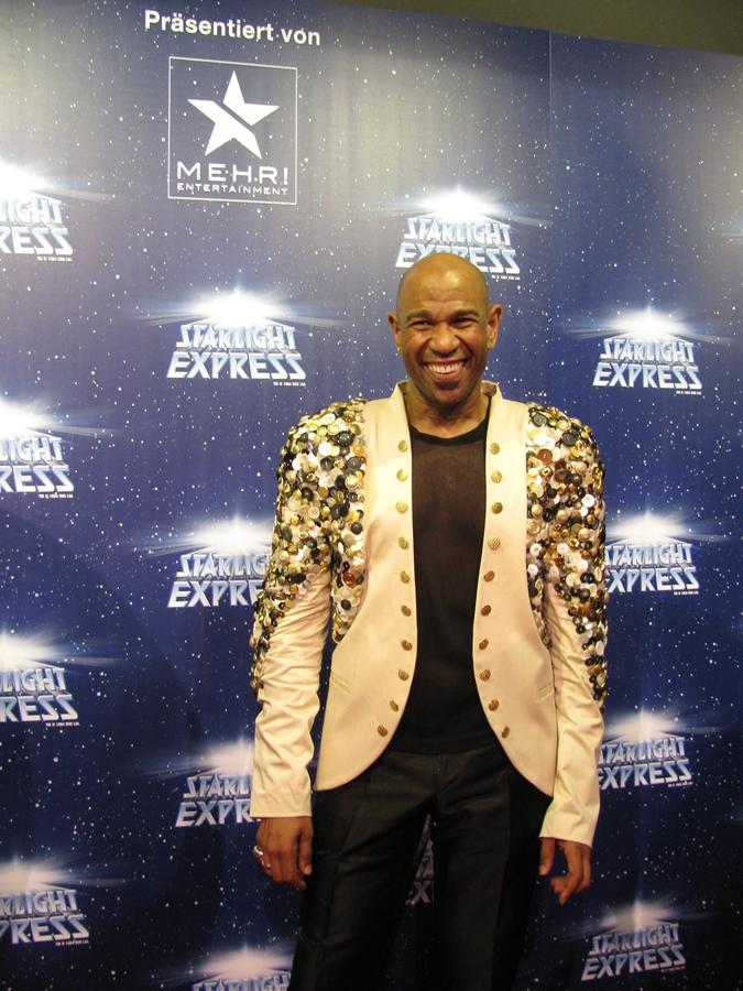 David Moore beim 25-jährigen Jubliäum von Starlight Express (2013) mit einer Jacke, die ich mit Tausenden Knöpfen bestückte.