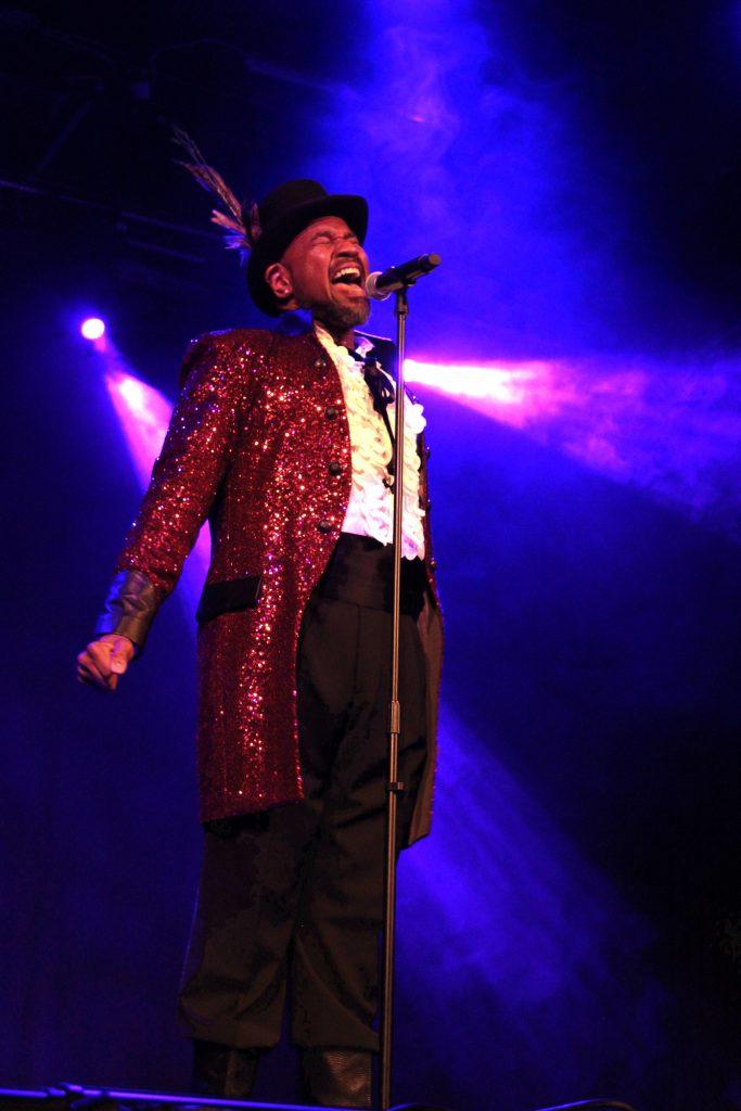 David Moore ist der Showman mit diesem Gehrock aus roten Pailletten und Details aus schwarzem Leder