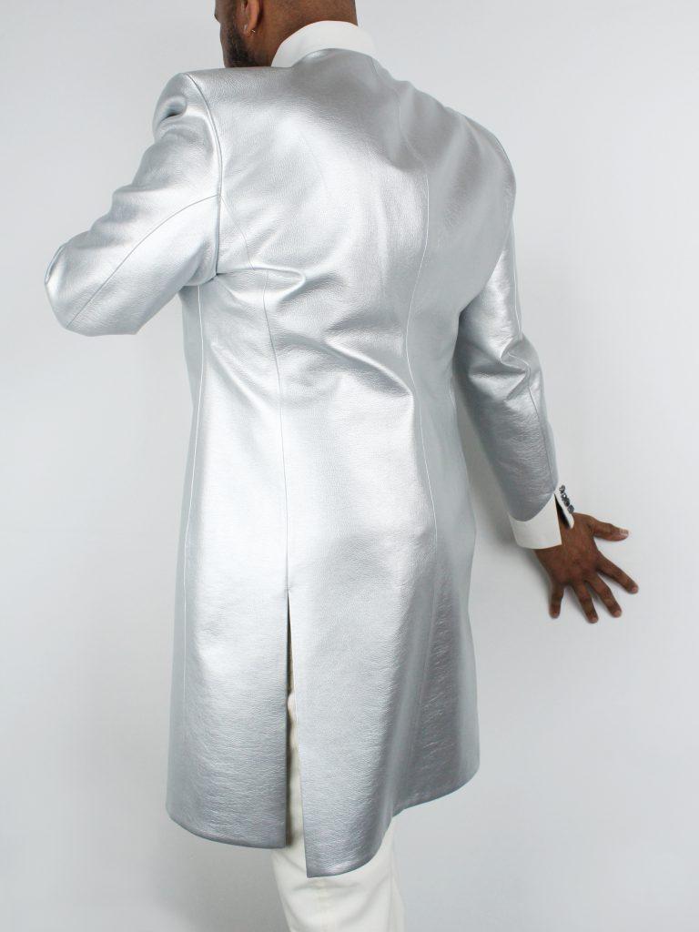 Kurzmantel aus silbernem und weißem Kunstleder